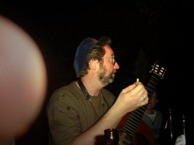 Georg lauscht kritisch dem Gesang und geht seinem Laster, dem Rauchen nach